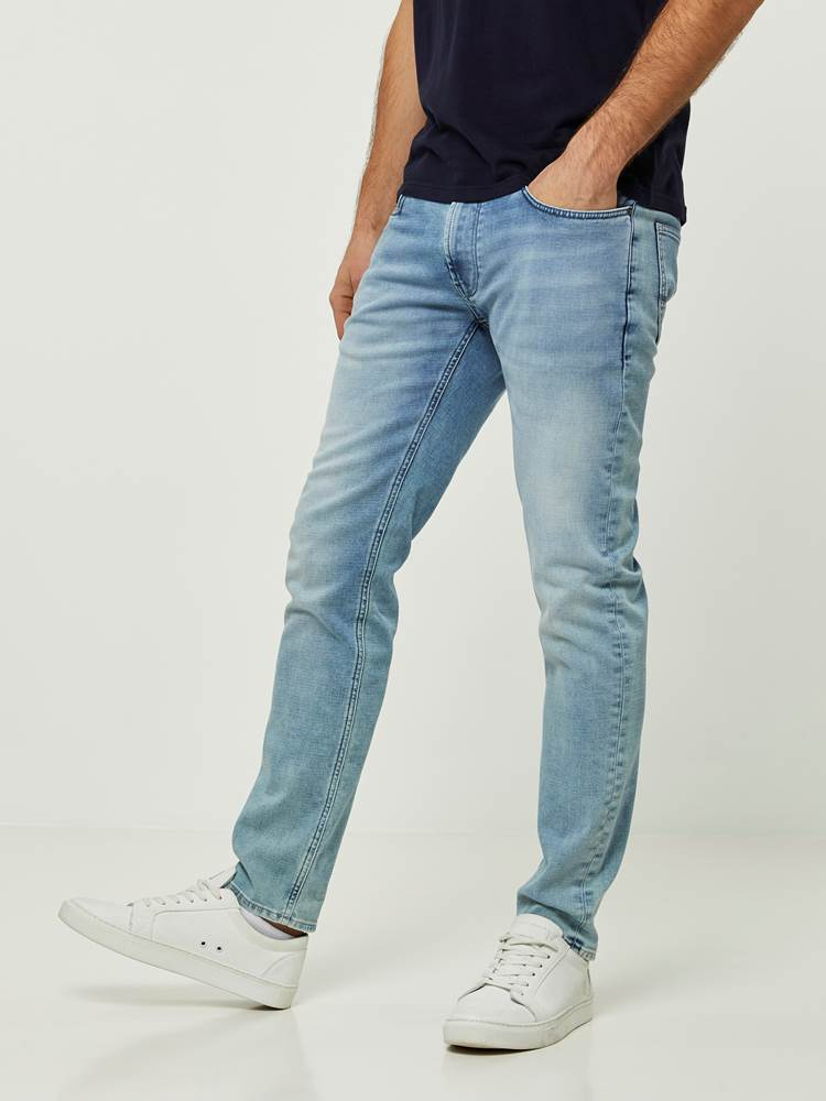 SLIM WILL BLEACH BLUE KNIT STRETCH JEANS 7242639_DAD-HENRYCHOICE-S20-Modell-left_96265_SLIM WILL BLEACH BLUE KNIT STRETCH JEANS DAD.jpg_Left||Left