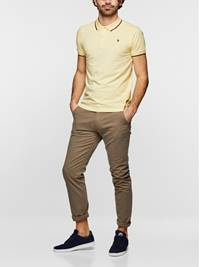 SLIM CHINO STRETCH TWILL 7232808_AGP-MADEBYMONKEYS-S19-Modell-Front2_SLIM CHINO STRETCH TWILL AGP.jpg_