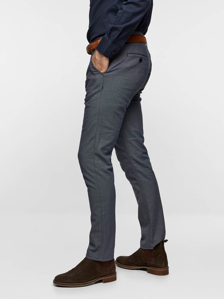 SLIM CHINO STRUCTURE STRETCH 7237631_EM6-MADEBYMONKIES-S19-Modell-left_7613_SLIM CHINO STRUCTURE STRETCH EM6.jpg_Left||Left