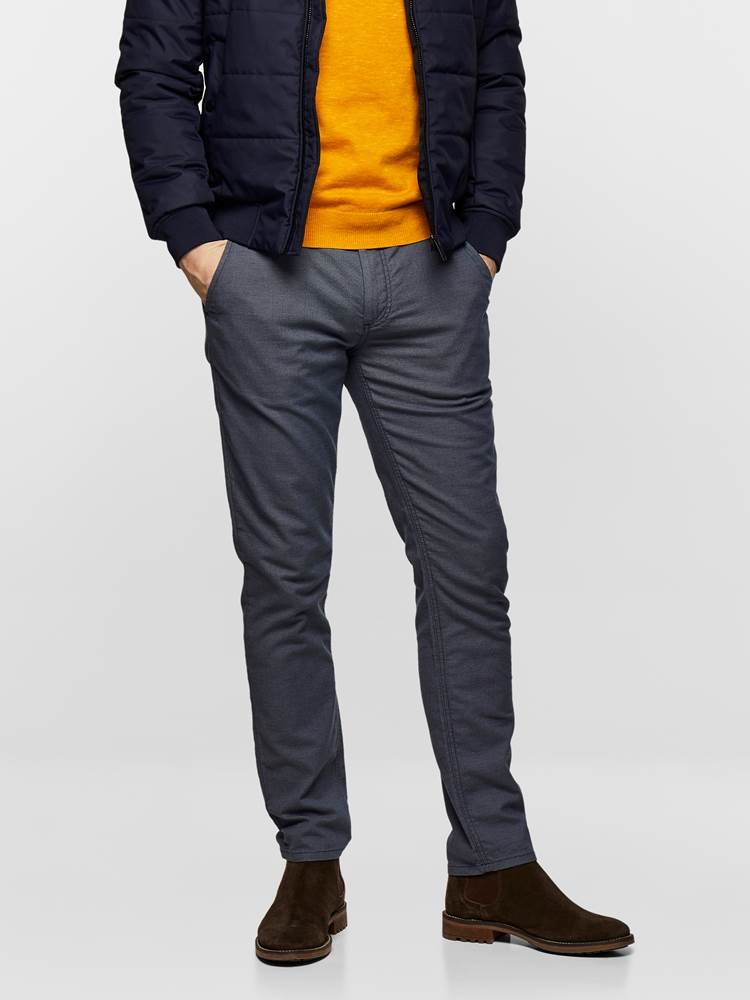 SLIM CHINO STRUCTURE STRETCH 7237631_EM6-MADEBYMONKEYS-S19-Modell-Front_SLIM CHINO STRUCTURE STRETCH EM6.jpg_Front||Front